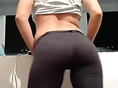 Mystica mostrando el culo en leggins y tanguita