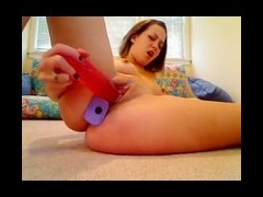 Girl on webcam puts toys in her pussy and ass