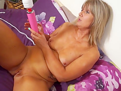 Amateur mature mother bating with hitachi sex toy