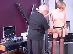 Young honey likes the rough play on her amateur cunt