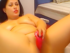Booty babe loves to use dildo on cam