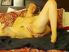 Average Looking Girl Plays With Herself on Camera