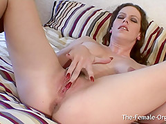 British Babe Rubs Her Slippery Slit to Contracting Orgasm