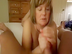парень трахает подругу и её мать