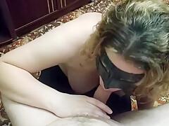 Casalinga italiana succhia il cazzo del amante in ginocchio