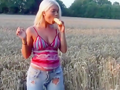 Mit Maiskolben in Arsch und Fotze gefickt